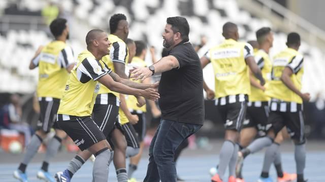 Eduardo Barroca comemora gol do Botafogo