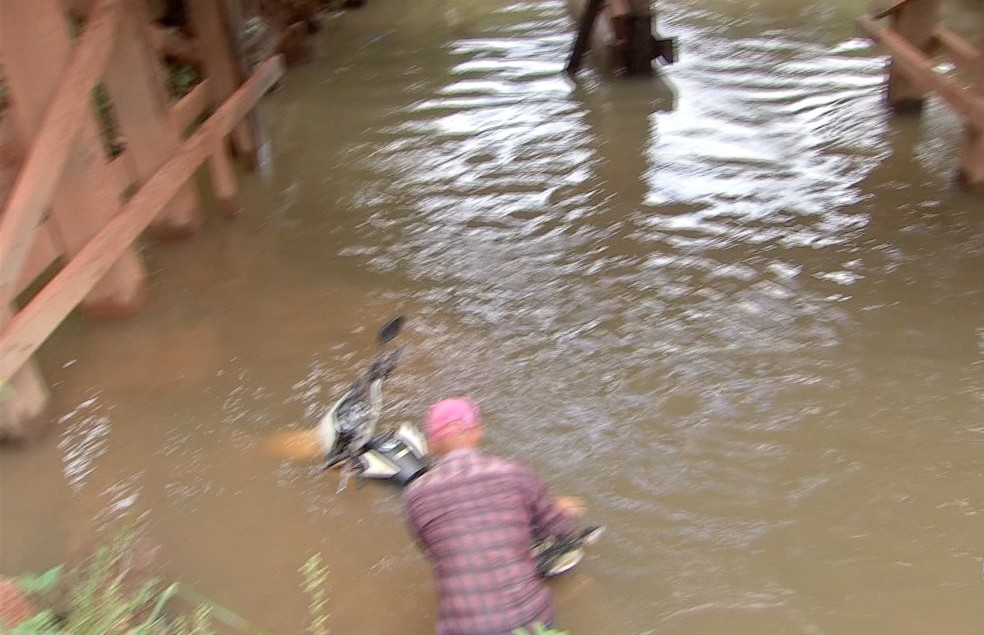 Estudante caiu em rio ao passar por ponte precária e foi resgatada por moradores — Foto: TVCA/Reprodução