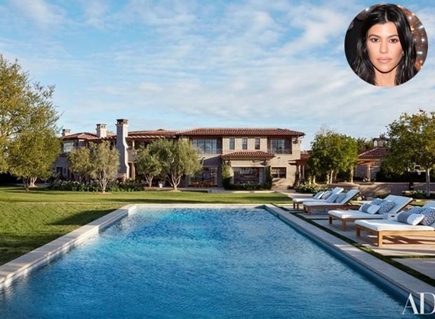 No centro do jardim, a piscina é o cenário de várias fotos do clã Kardashian (Foto: Architectural Digest/ Reprodução)
