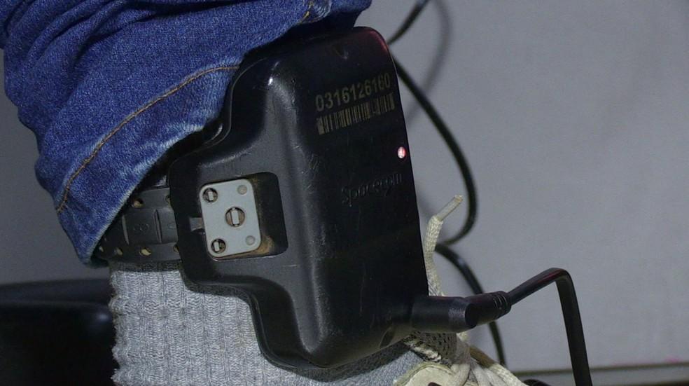 Decisão suspende repasse de informações sobre presos monitorados por tornozeleira eletrônica, no Paraná — Foto: Reprodução/RPC