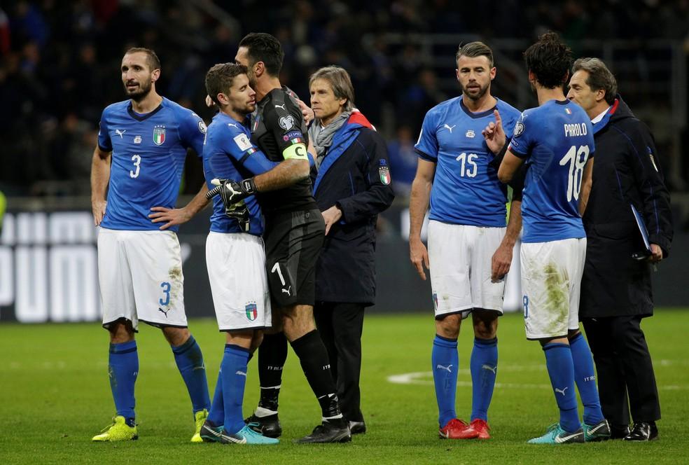 Barzagli (número 15), junto com companheiros, após o empate com a Suécia (Foto: Max Rossi/Reuters)