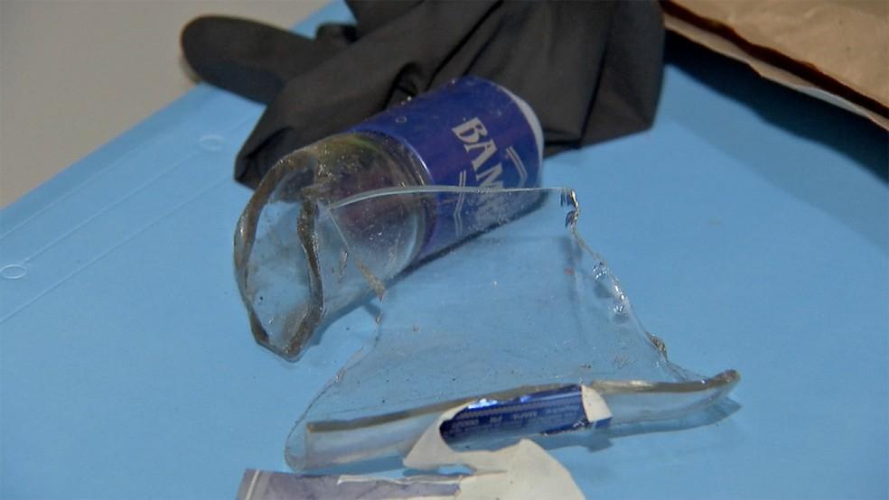 Pedaços da garrafa de vodca que atingiram Luana  — Foto: TV Morena/Reprodução