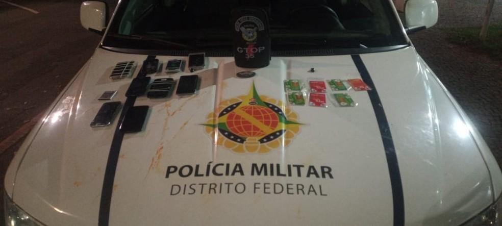 Celulares e chips apreendidos pela PMDF que, segundo corporação, seriam jogados para dentro de presídio — Foto: PMDF/ Divulgação