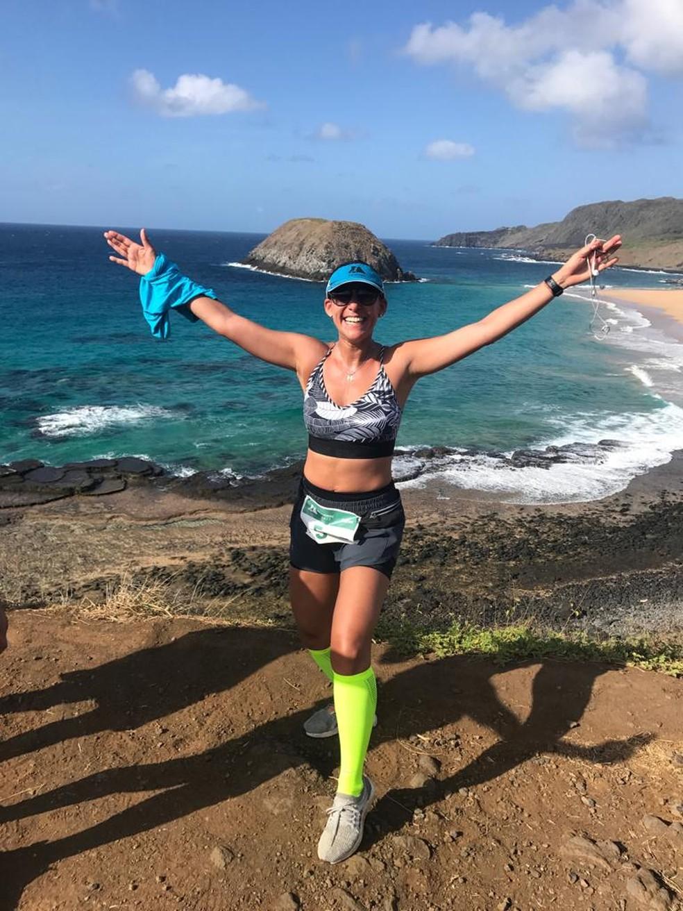 Adriana Costa após concluir meia maratona, em Fernando de Noronha: meta é Maratona de Nova York — Foto: Acervo pessoal