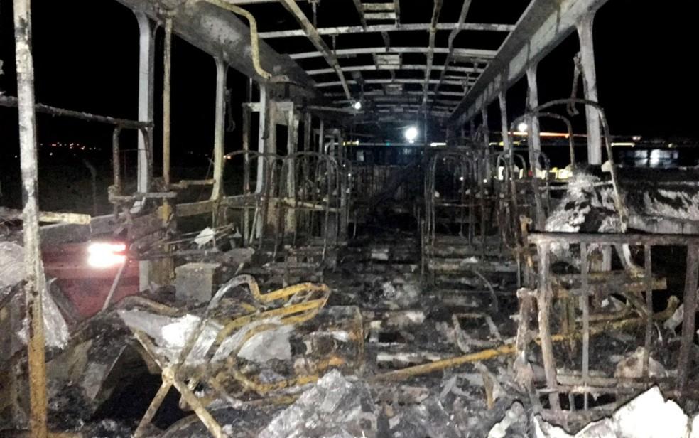 Interior do coletivo foi consumido pelas chamas (Foto: Divulgação/Grupo São João)