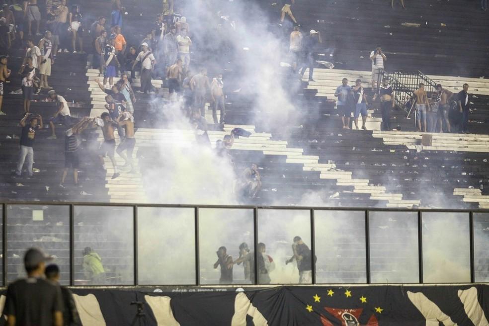 Confusão marcou o clássico do primeiro turno, em São Januário (Foto: Antonio Marcos/Photopress/Estadão Conteúdo)