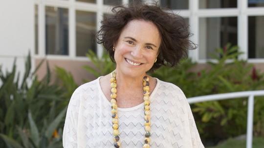 Regina Duarte grava 'Pega Pega' e recebe homenagem do elenco