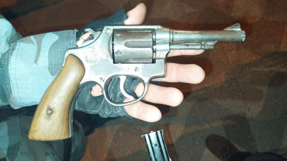 Arma encontrada com o suspeito de matar jovem que desapareceu após elogiar facção — Foto: Divulgação/Polícia Civil