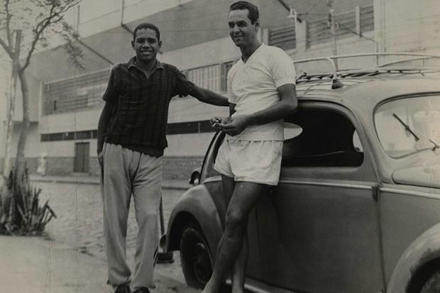 Gylmar e Abel a frente de um Fusca, em1965 (Foto: Reprodução)