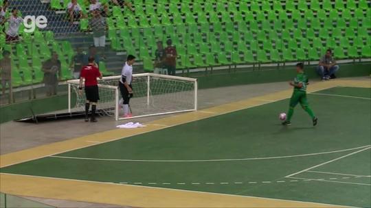 Ops... goleiro do Ceará derruba gol e placa ao tentar defender chute na final da Copa Nordeste; assista