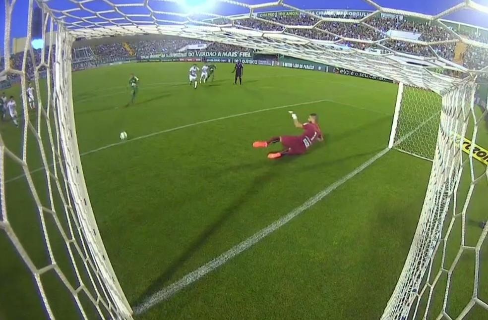 Vanderlei cai do outro lado da bola no pênalti: primeiro gol (Foto: Reprodução)