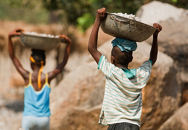 Crianças realizam trabalho doméstico ; pobreza ; trabalho infantil ;  (Foto: Reuters/Arquivo)
