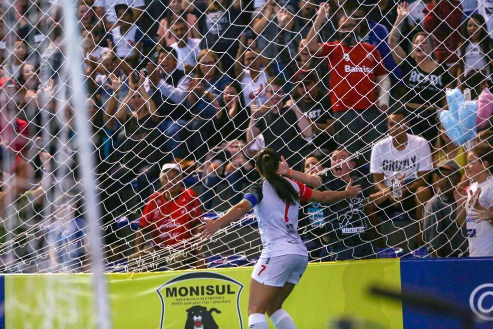 Diana corre para a galera após marcar mais um gol na decisão — Foto: Pedro Veríssimo
