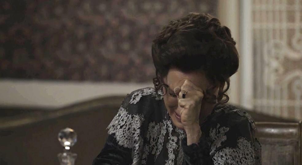 Margareth sofre, mas também se irrita, com atitude de Briana (Foto: TV Globo)