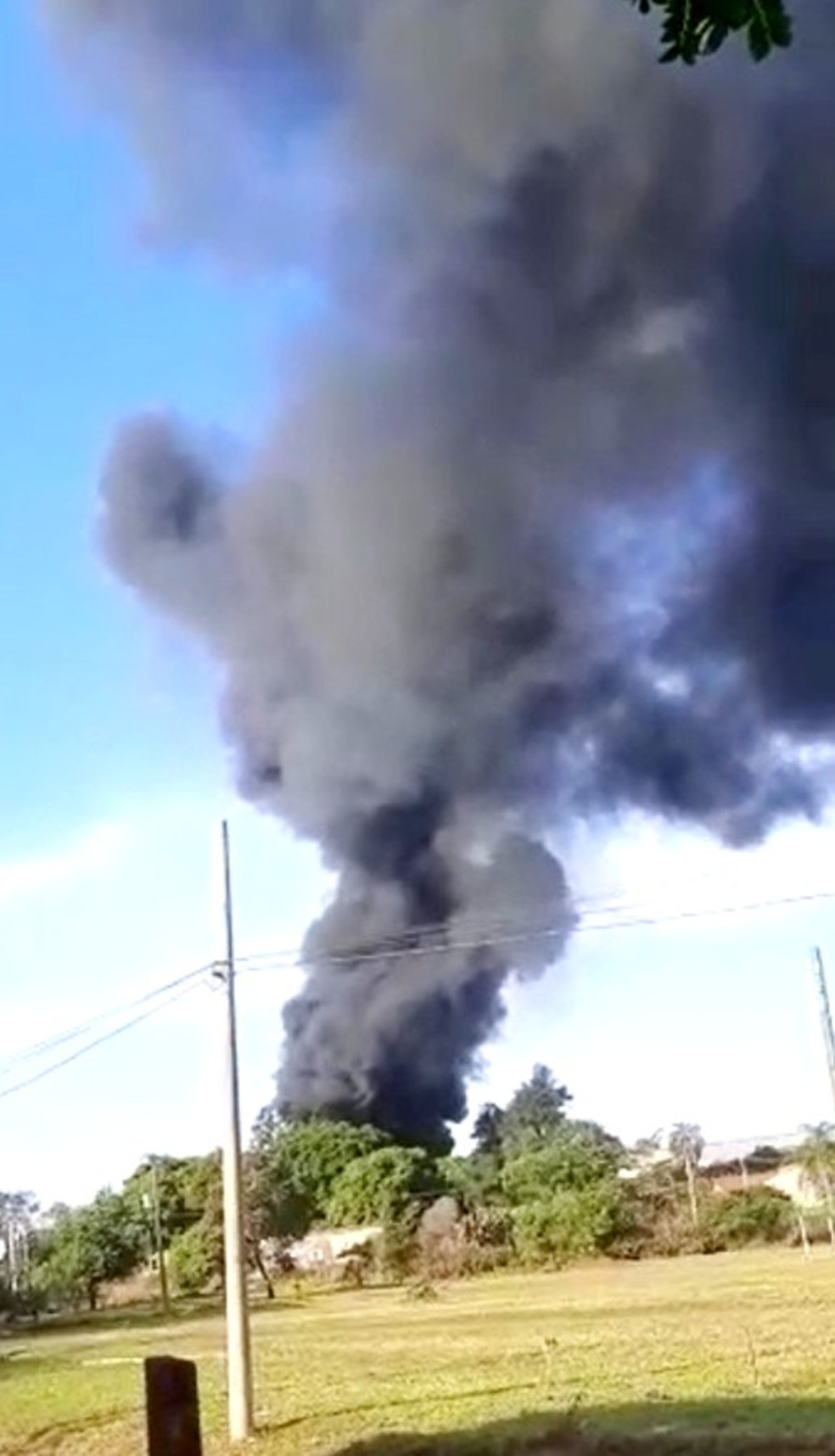 Incêndio atinge depósito de entulhos e provoca coluna de fumaça em Ourinhos — Foto: Arquivo pessoal/Anderson Oliveira Alves
