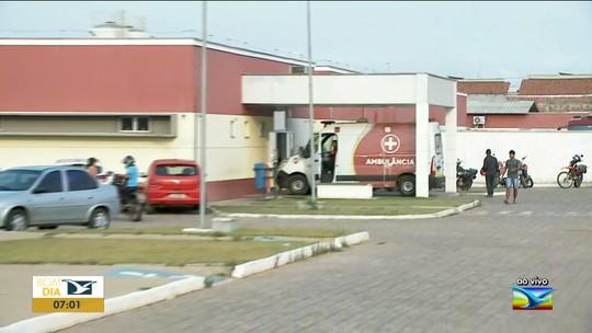 Pacientes em macas são retirados de ala por conta de incêndio em hospital de Imperatriz