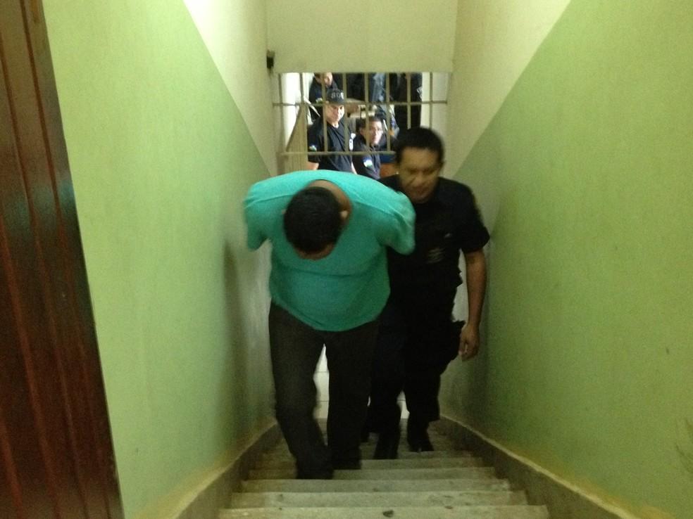 Vigilante chega calado para julgamento. Se condenado por todas as acusações, pode pegar 30 anos de prisão em regime fechado — Foto: Assem Neto/G1 RO