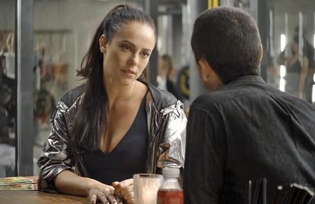 Na segunda-feira (17), depois da morte de Edliene (Cynthia Senek), Cosme (Osvaldo Mil) vai contratar Chiclete (Sergio Guizé) para matar Vivi (Paolla Oliveira) Reprodução