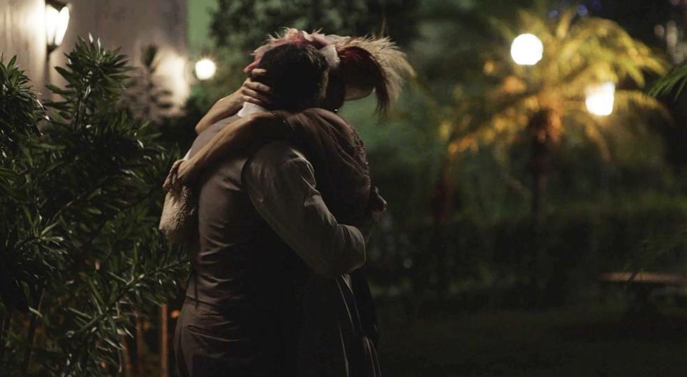 Brandão e Josephine se beijam  (Foto: TV Globo)
