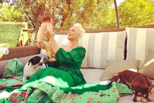 A modelo e atriz dinamarquesa Brigitte Nielsen com a filha (Foto: Instagram)