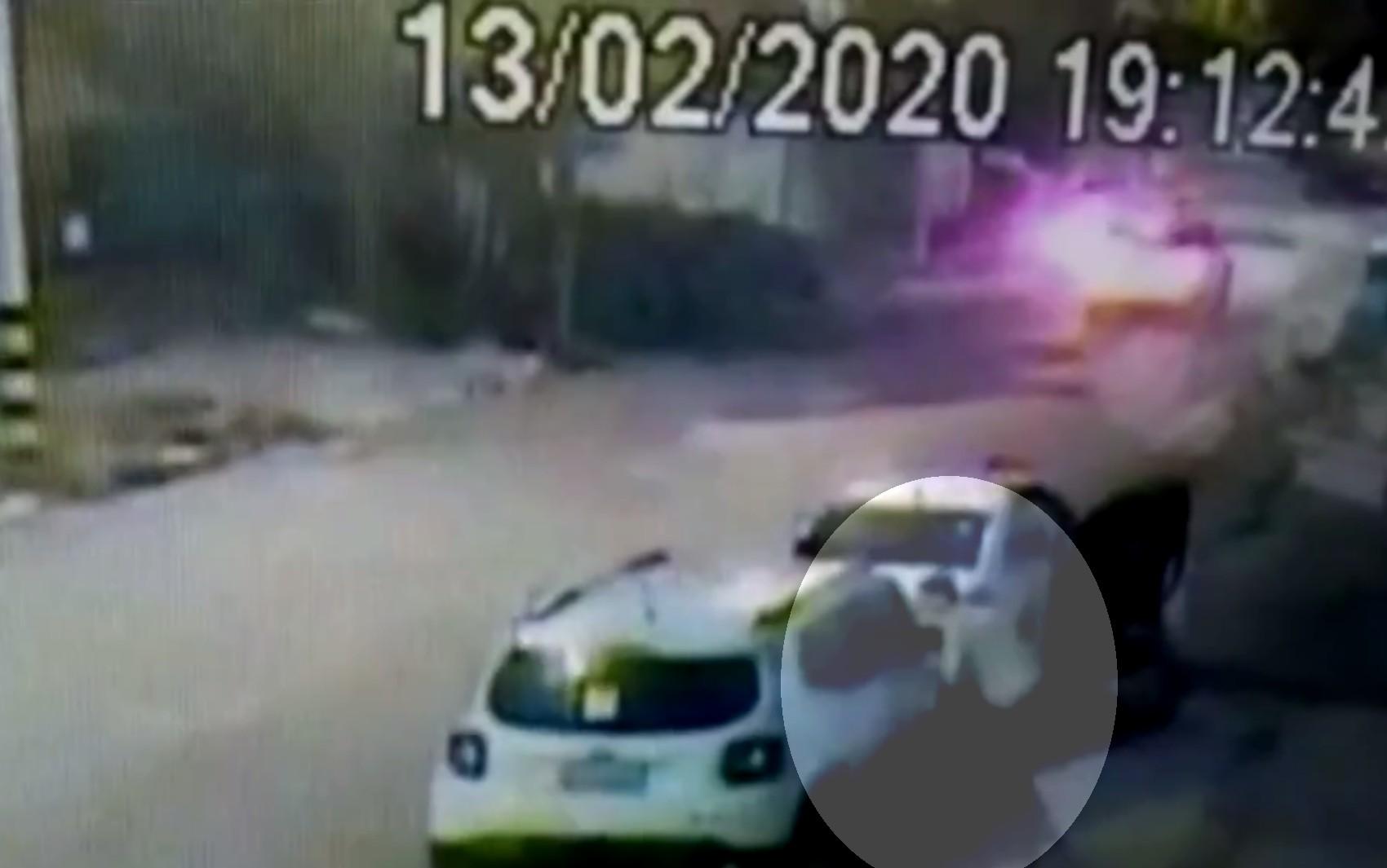 Vídeo mostra homem quebrando vidro de carro e furtando computadores, em Goiânia