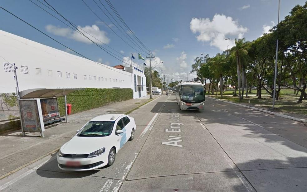 Mulher foi estuprada em parada de ônibus no bairro do Cabanga, no Centro do Recife (Foto: Reprodução/Google Street View)