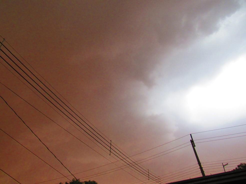 Tempestade de poeira atingiu o distrito de Porto Primavera, em Rosana (SP), na tarde desta sexta-feira (1º) — Foto: Jéssica Barateli