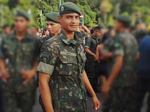 Segundo o irmão, soldado Anderson Broni corre risco de não voltar a andar (Foto: Arquivo Pessoal)