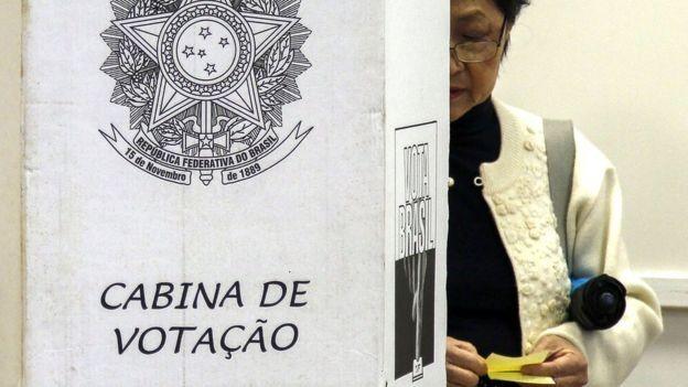 Especialistas explicam como lei eleitoral é feita pensando nas eleições anteriores - e não previram, portanto, a importância do WhatsApp (Foto: AFP/BBC)
