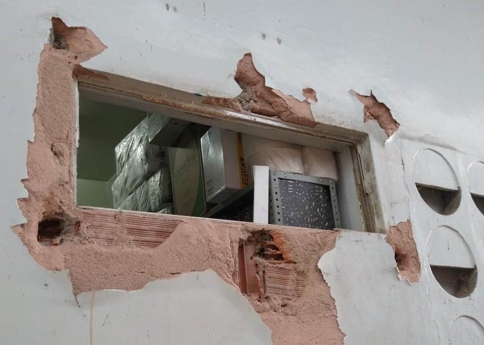 Criminosos entraram na sede do Sassepe de Goiana, no Grande Recife, por um buraco após a retirada do basculante de vidro — Foto: Benjamim Neto/WhatsApp