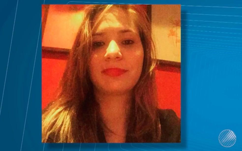 Juliana de Oliveira Loureiro Peltier, de 32 anos, foi encontrada morta em UPA (Foto: Reprodução / TV São Francisco)