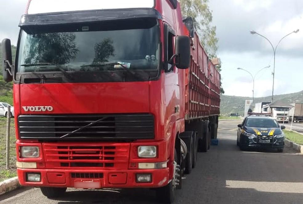 Caminhão foi apreendido na Bahia com cigarros contrabandeados do Uruguai — Foto: Divulgação/PRF