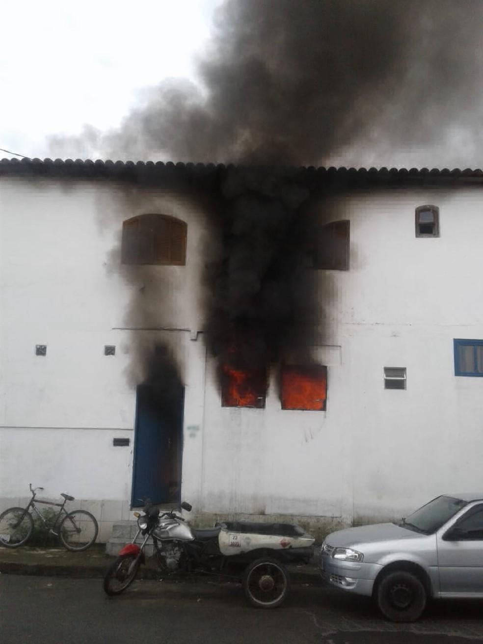 Casa pega fogo na Ilha das Cobras — Foto: Reprodução