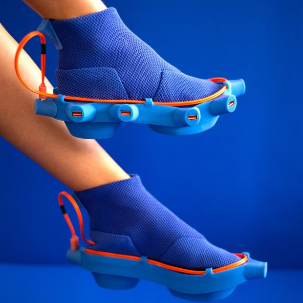 Designer cria tênis para carregar USB, fósforos e até absorventes (Foto: Divulgação)