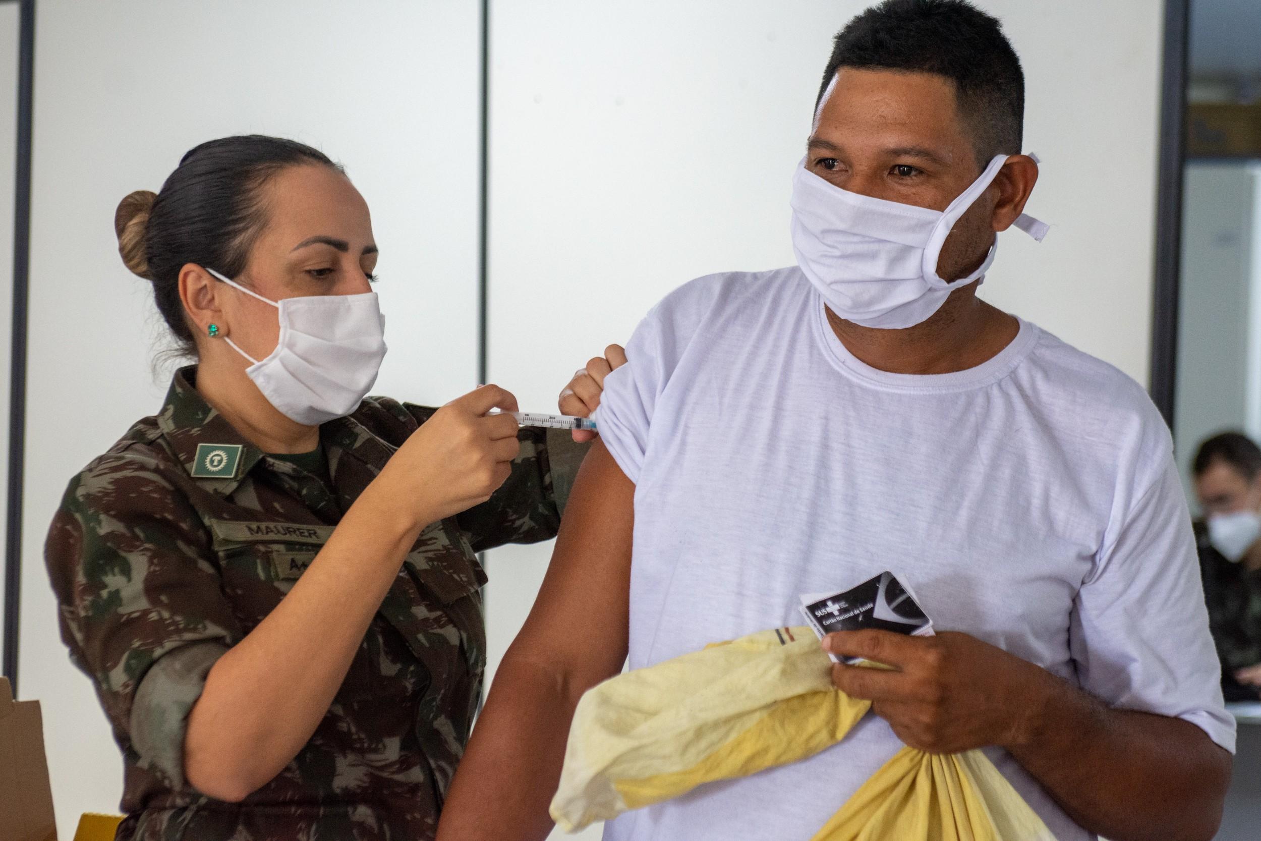 Indígenas venezuelanos são vacinados contra a Covid-19 em Roraima