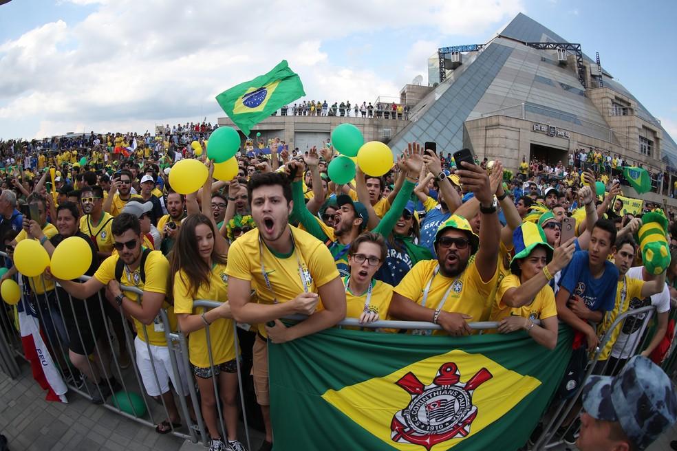 Torcedores lotaram a porta do hotel da Seleção (Foto: Lucas Figueiredo / CBF)