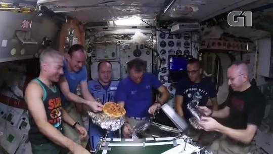 Astronautas na ISS preparam pizzas em gravidade zero; veja vídeo