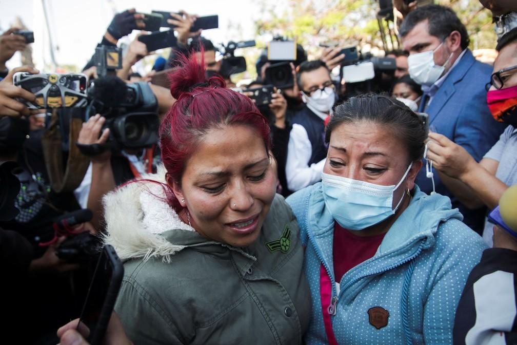 Parentes das vítimas chegam ao local onde viaduto do metrô da Cidade do México desmoronou e deixou dezenas de mortos e feridos — Foto: Henry Romero/Reuters