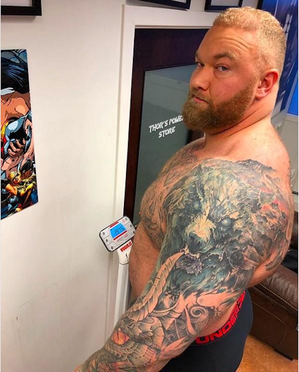 O ator Hafþór Júlíus Björnsson em cima de uma balança (Foto: Instagram)