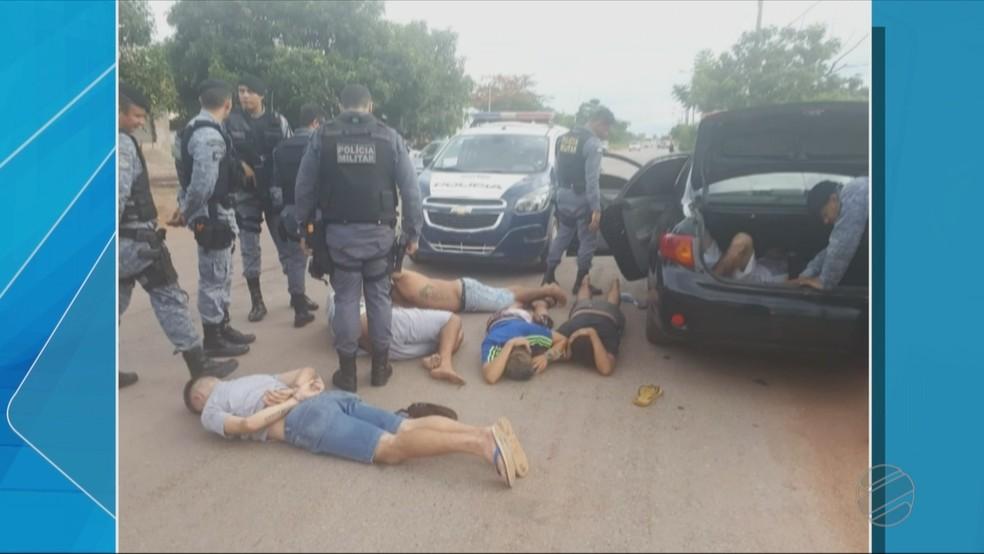 Cinco pessoas foram presas após a abordagem — Foto: TVCA/Reprodução