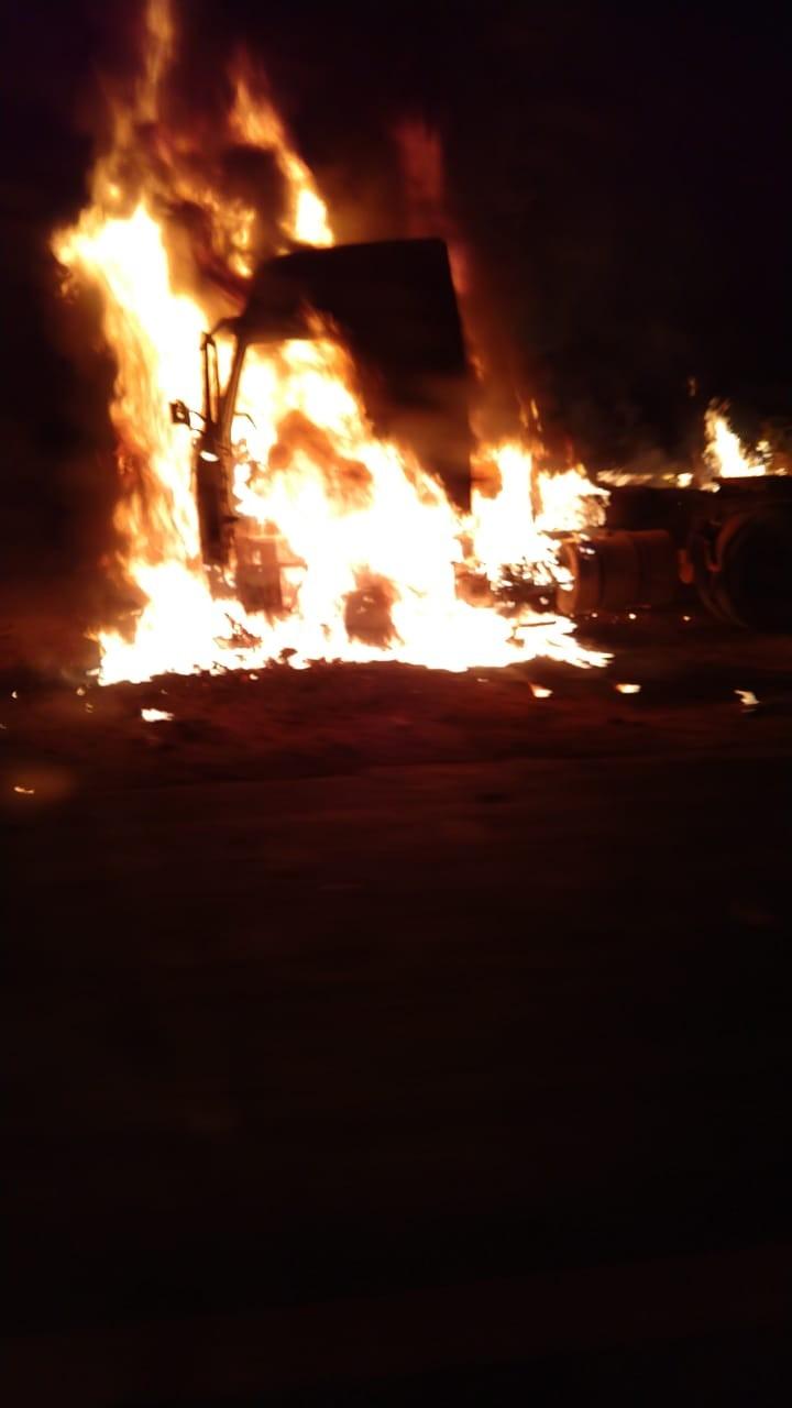 Incêndio destrói caminhão na Rodovia Júlio Budiski em Irapuru