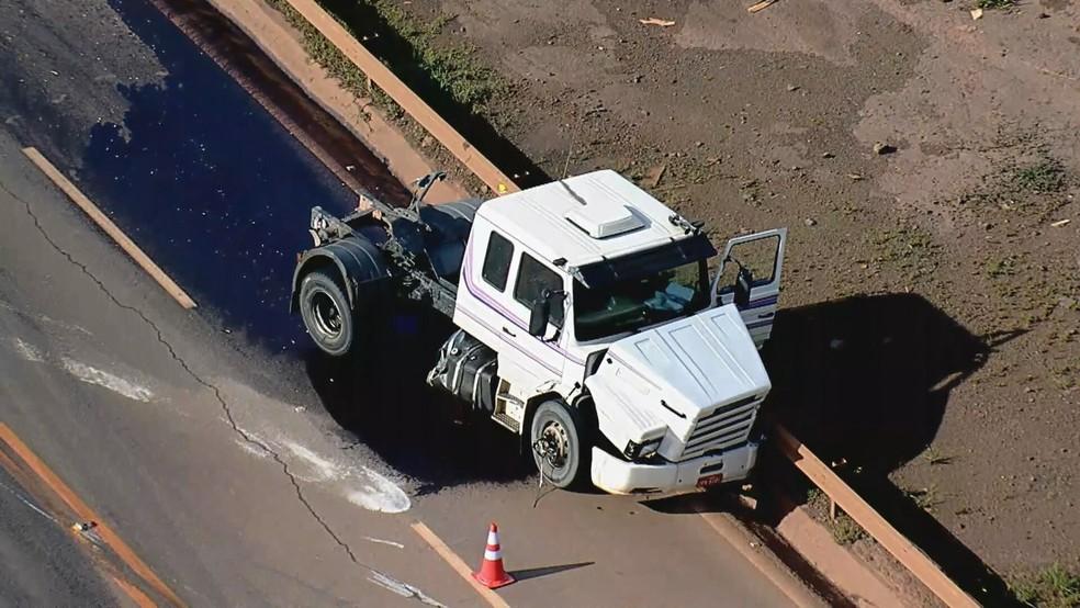 Acidente bloqueia BR-040, na Grande BH — Foto: Reprodução/TV Globo