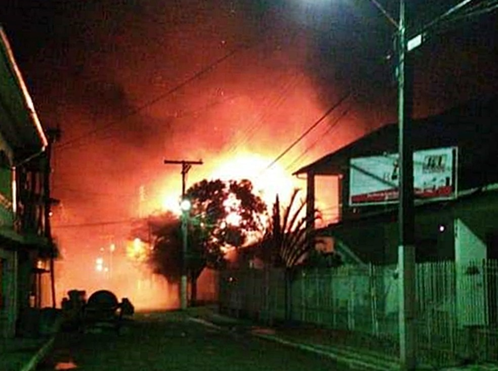 Prefeitura de Virgínia (MG) pegou fogo na noite desta terça-feira (31) — Foto: Ricardo Pelegrini