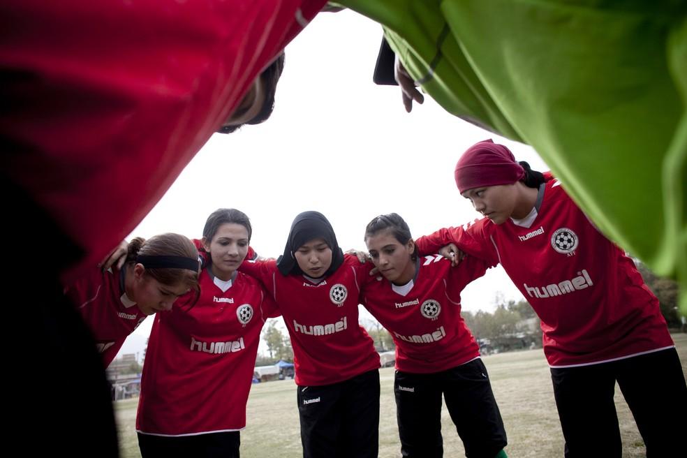 Seleção feminina do Afeganistão teme pela vida após retorno do Talibã