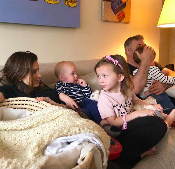 Alec Baldwin com a esposa, Hilaria, e os filhos dos dois (Foto: Instagram)