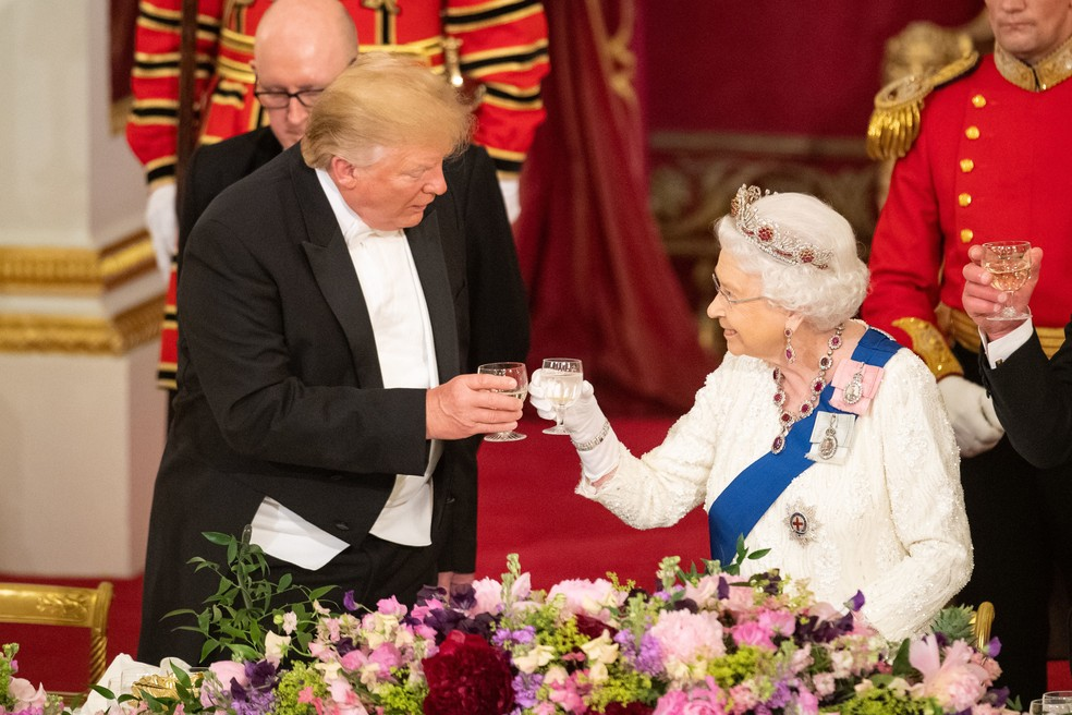 O presidente americano, Donald Trump, brinda com a rainha Elizabeth em banquete de Estado nesta segunda-feira (3) no Palácio de Buckingham, em Londres. — Foto: Dominic Lipinski / Pool / AFP