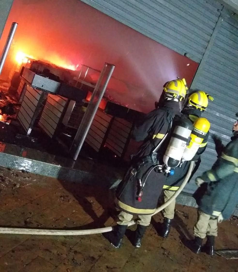 Incêndio atinge lojas no Centro de Rio Branco nesta quinta-feira (7) — Foto: Divulgação/Corpo de Bombeiros do Acre