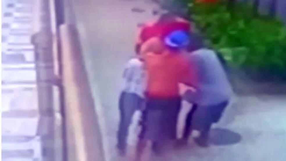 Mulher é rendida por quatro assaltantes na porta de prédio em Ipanema (Foto: Reprodução)
