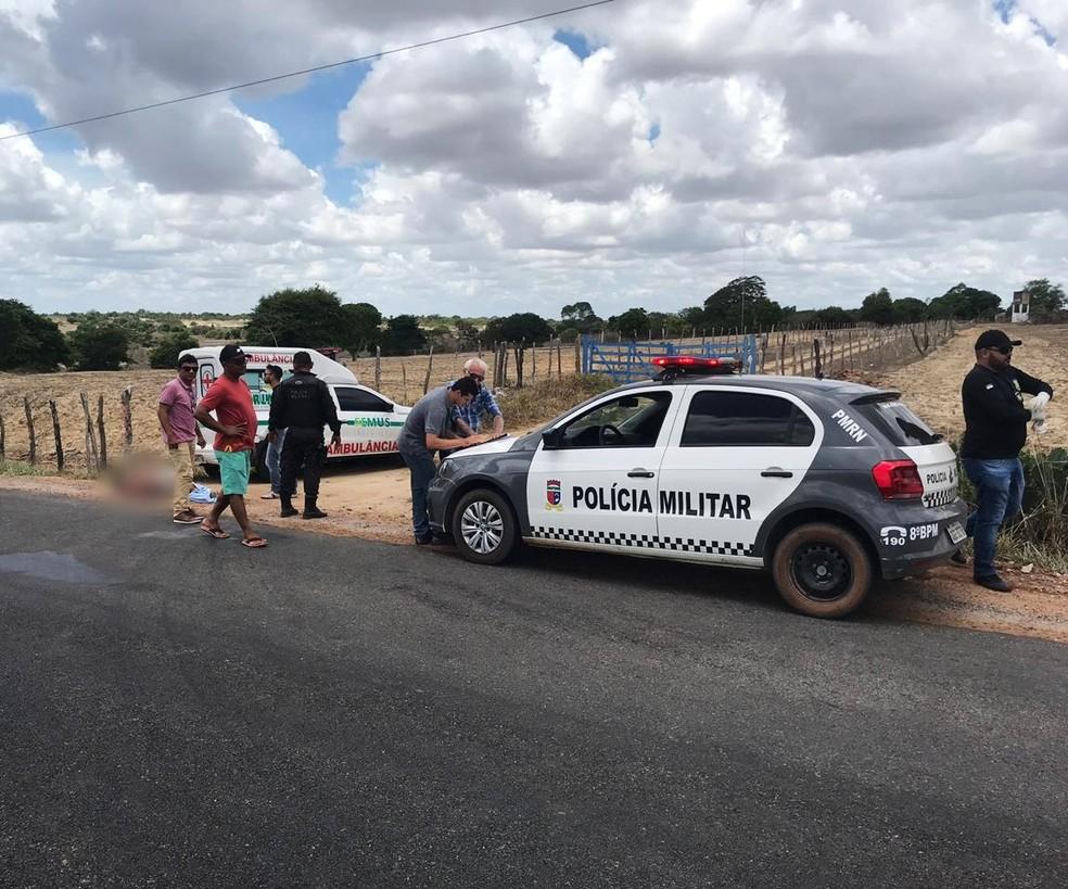 De acordo com a PM, os criminosos tiraram o suspeito da ambulância e o executaram — Foto: Kleber Teixeira/Inter TV Cabugi