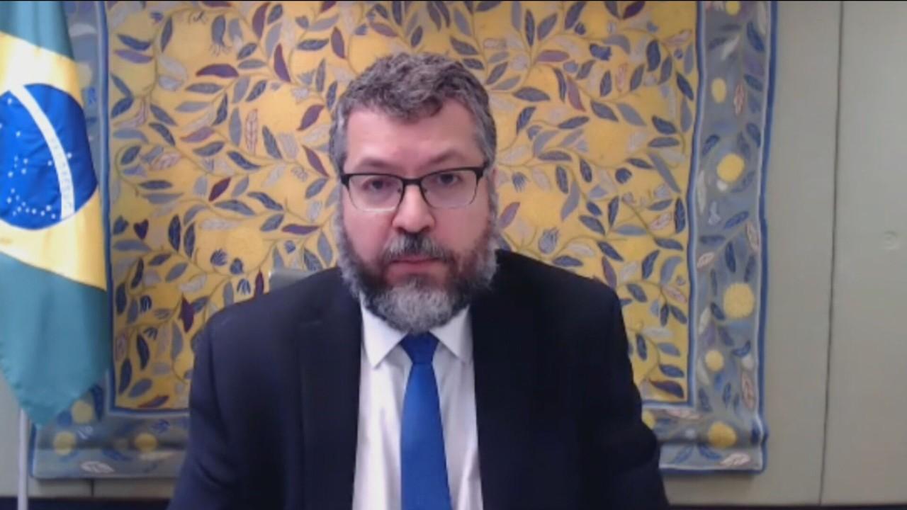 Ernesto Araújo diz não ter previsão sobre chegada de insumos da China e vacinas da Índia
